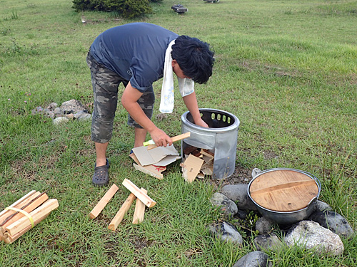 段ボールと薪をうまく組み上げて点火。山形県民ならできて当然ともいえるスキルである。