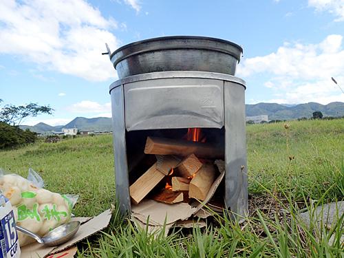 石積みのカマドに比べて安定感があって断然使いやすいが、河原で自ら石を積んでこそ芋煮だよという声も根強い。