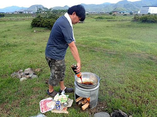 鍋に醤油をドシャドシャと目分量で投入。ちなみにセットに入っていたのは味マルジュウではなく濃口醤油。
