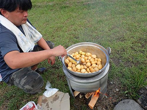 醤油でサトイモを煮っころがす。お湯から煮るとイモから大量の泡が出るので、「まず醤油で止める」そうだ。さらにイモが煮崩れなくなる効果もあるとか。