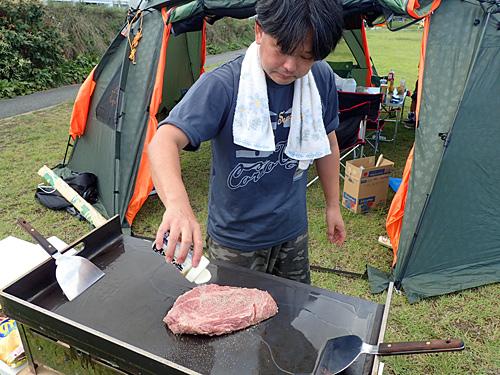 趣味で屋台をやっているヒデちゃんが用意した、分厚い鉄板と肉塊。どうやら鉄板焼き屋さんごっこらしい。