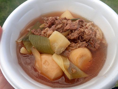 甘じょっぱい汁にたっぷりの牛肉とサトイモ。私がイメージする芋煮はまさにこれだ!