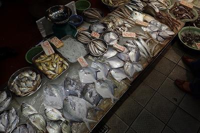 市場の鮮魚店。海川問わず、多彩な魚介が並ぶ。鮮度もなかなか良好。