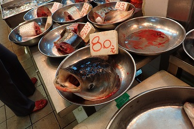 日本では外来魚として邪険に扱われがちなレンギョ類も香港では立派な食用魚。身はもちろん、頭だけでも売られていた。