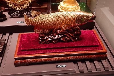 市場ではないが、街の雑貨店には金のアジアアロワナが鎮座。魚のチョイスに土地柄出てる。しかし、三十一万香港ドル…。