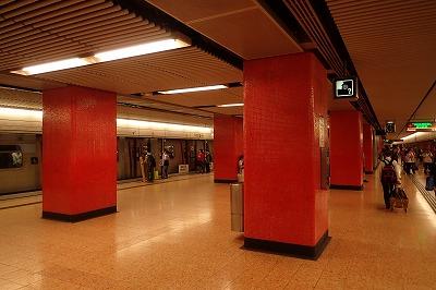 地下鉄の駅はとても清潔で洒落ている。人々のマナーも良く、とても快適だ。