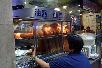 それから、24時間営業のお粥屋さんも思い出の味。中国粥はもちろん、アツアツの揚げパンも美味。これを夜な夜な買い求めてはかじっていたので、たった数日の滞在で内臓脂肪が増えてしまった気がする。