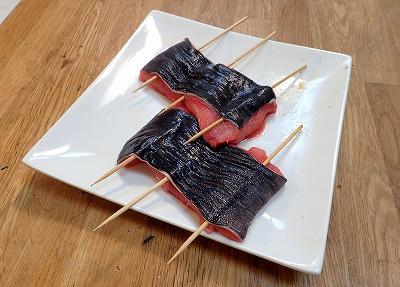 東南アジアではこの手のナマズに串を打ち、醤油ベースの甘辛い味付けで炭火焼にする。今回はまず、それに倣って純和風の蒲焼にしてみる。