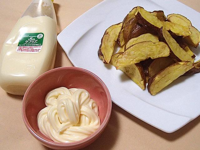 マヨネーズとフライドポテト。なんと罪深く美味しい組み合わせか。