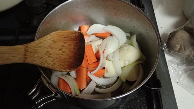 最初に玉ねぎを飴色にしたりとかしない。