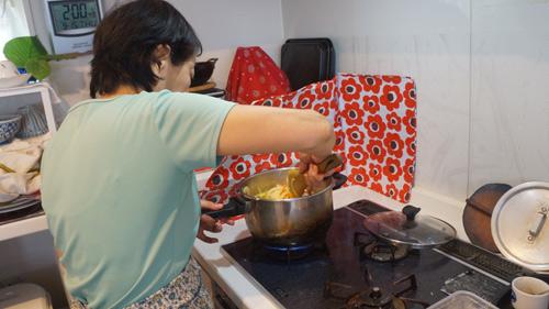母は鍋をまぜるときすごく脇が空く