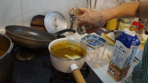 この日は小鍋に分けて作っていた子ども用の甘口カレーに牛乳と醤油を入れて調整していた
