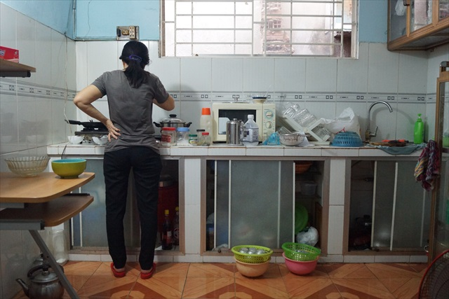 国が違えど、料理をする母の背中はみな同じである。