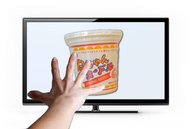 テレビを介し、テレポートで送られてくる金ちゃんヌードルの図。こうなったらどこでも食べられる