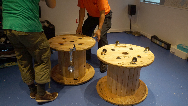 ドラムを積み重ね、中心に棒を突き刺す構造になっている