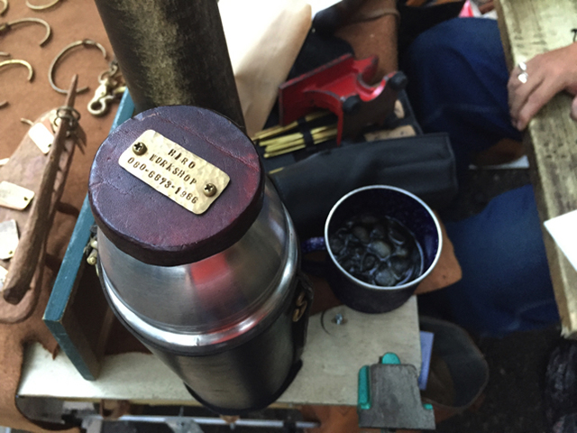 水筒にもネームプレートが。これがダンディズム…!