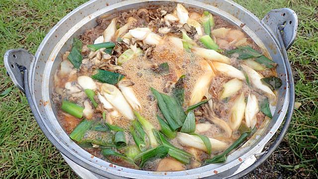 東北以外の者にとって大なべと重機のイメージが先行しがちな芋煮会の真の姿をご紹介。息を吸うように野外で芋を煮ていました。締めはカレーうどんにするのがトレンド。