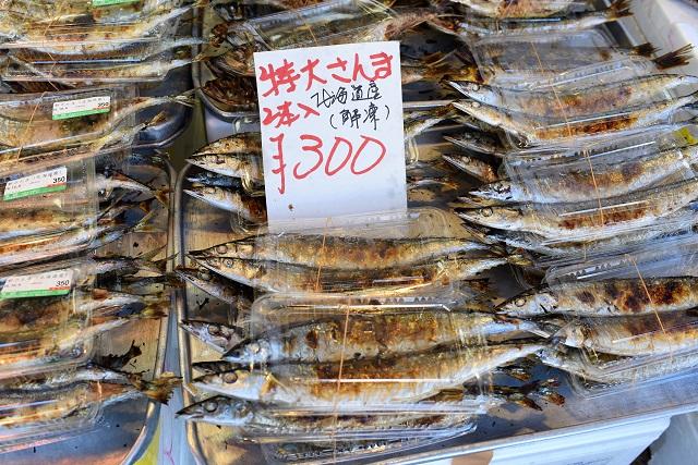 さんまの塩焼き特大サイズが2本で300円。秋になって価格が落ちついてきたとはいえ、このサイズにしては安い