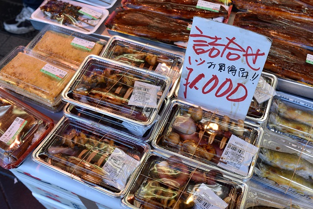 イカの丸焼きやら色々入った詰め合わせは1000円。中身は後ほど