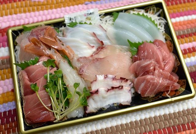 野口鮮魚店「刺身盛り合わせ」1600円。見るからに漂う「いいネタ感」。特大の甘エビ2本がなんとも華やか