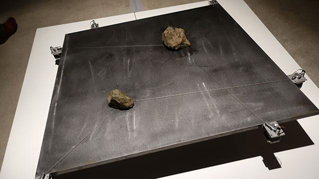 斜めの板の上をズリズリと動く石