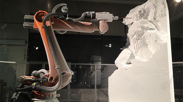 彫刻もあったが彫ってるのがロボットだった