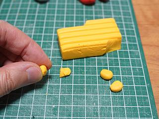 ファブリーズはトウモロコシ由来の消臭成分とのことで、トウモロコシもオーブン粘土で。