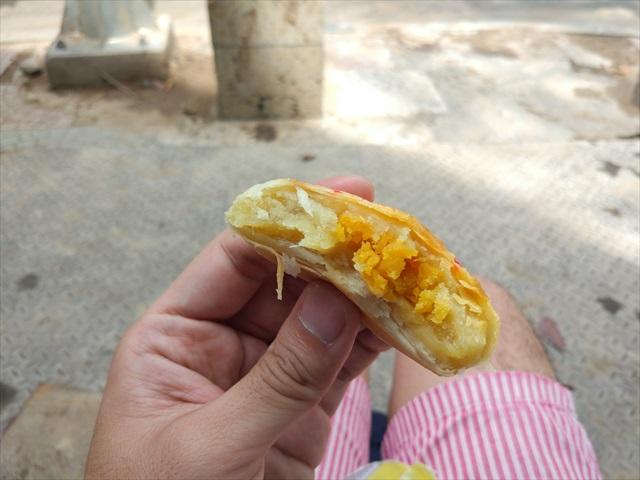 さっき買ったドリアンまんじゅうの中身。卵黄を囲むようにドリアンが入ってる。