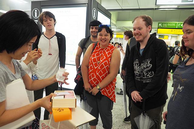 日本の名物が食べられるの? と喜ぶオーストラリアの人たち。私も得意げである。