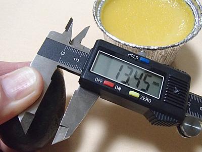 自分で作ったかたいプリンの硬さはこのぐらいです。低温の湯煎焼きで1時間半ぐらいかけて焼いているので、中はしっとり仕上がっています。