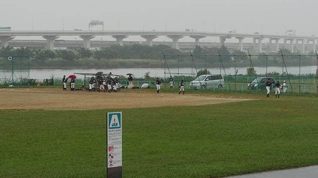 雨が降り出してきて帰る人達。スカウトが来る状況ではない