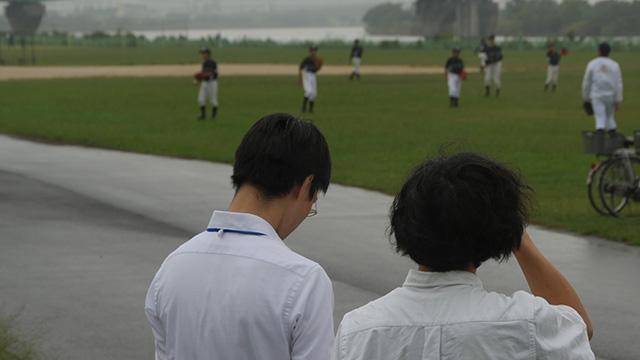 雨の中、少年野球のキャッチボール練習がはじまった。さあスカウトの出番だ