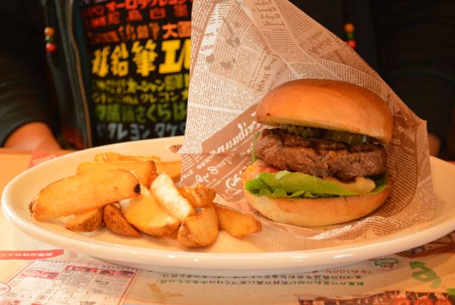 炭焼きバーガー(フライドポテト付き)を注文。肉の厚さがすごい