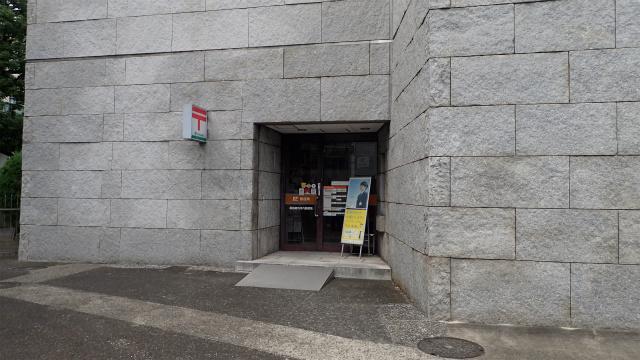 ピラミッドの入り口みたいだけど、郵便局