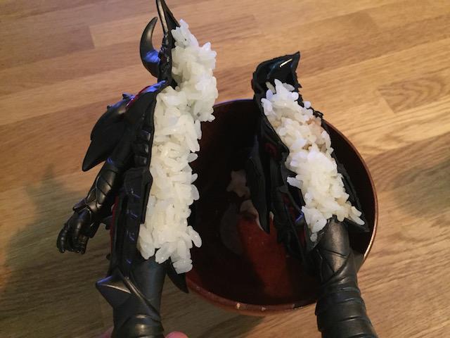 両断したソフビにご飯を詰めると、イカ飯みたいになります。