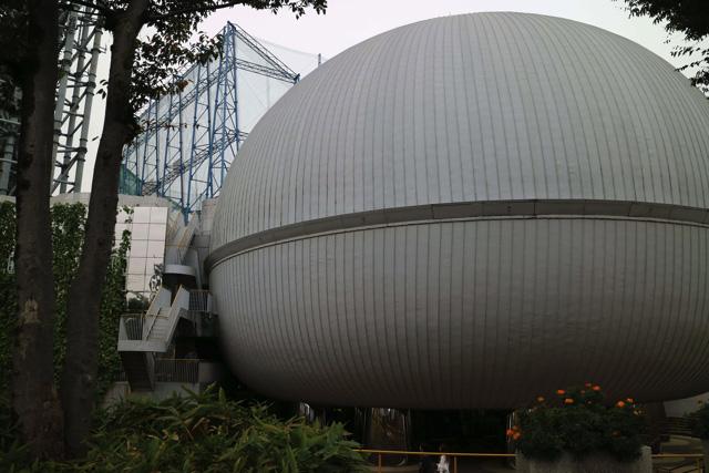 ドーム型の建物。いかにも「科学館」という感じ。