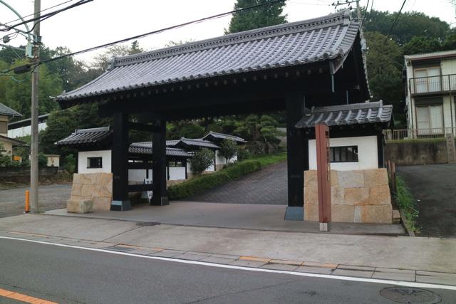 旅館とかお寺の入り口のよう。
