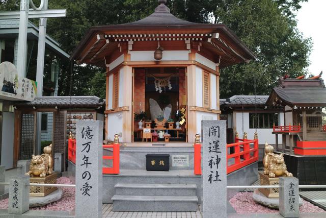 美術館の脇にはなぜか小さい神社があった。