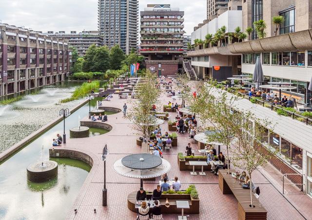 棟が見下ろす中央の池のある広場にはカフェやレストランが。良い雰囲気。