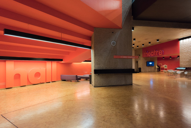 地下のホールとシアターのロビー。