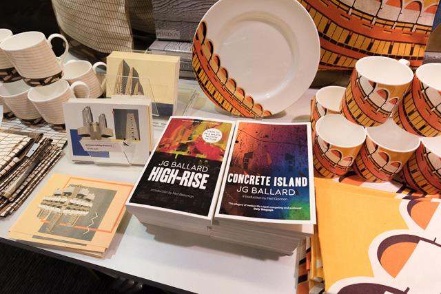 J.G.バラードの「コンクリート・アイランド」と、そして「ハイ・ライズ」も! この本を売るのにこれほどふさわしい場所があるだろうか。