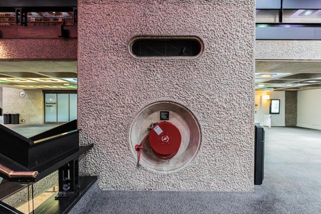 スイッチや消火ホースの収納などの窪みが、みんな角が丸めてあるのがキュート。