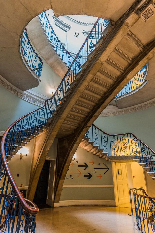 場所は飛んで、こちらは Somerset House の階段。すてきすごい!