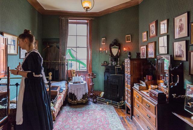 内部は正典(われわれシャーロキアンはホームズ物語をこう呼ぶのです)にそって再現されている。案内するお姉さんもメイドの格好してる。