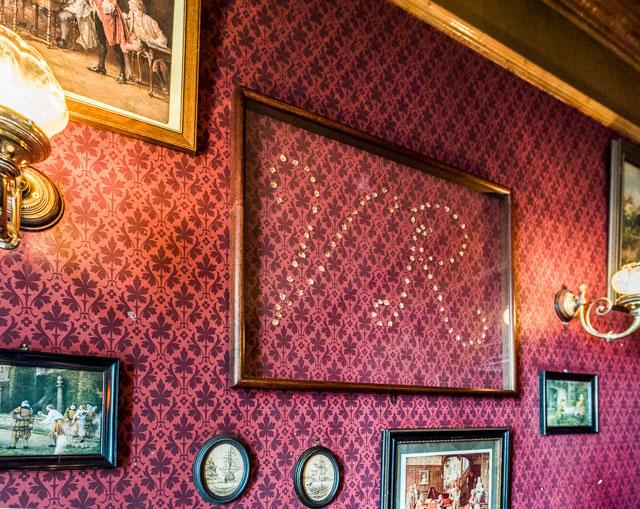 壁にはちゃんとヴィクトリア女王の頭文字が!