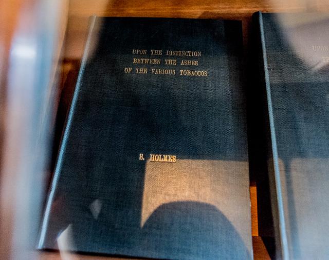 棚を覗いたら、ホームズが書いた「各種タバコの灰の識別について」の論文が! 芸が細かい!