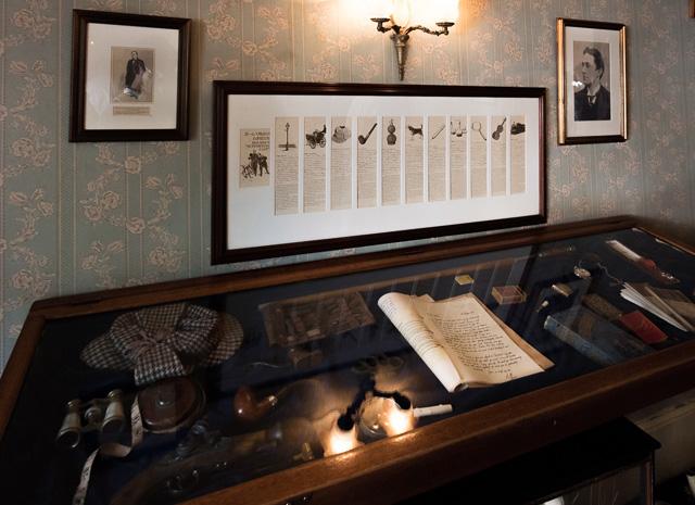 上の階にあった、ホームズゆかりの小道具たち。その解説パネルがなぜか……