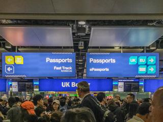ヒースロー空港の入国審査のときにあったこの表示をみんな写真に撮ってた。