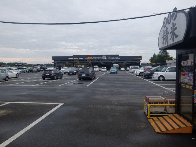 本館から離れたところにコイン精米やタイヤ専門館や30数レーンのガソリンスタンドがある。これもまたジョイフル本田。