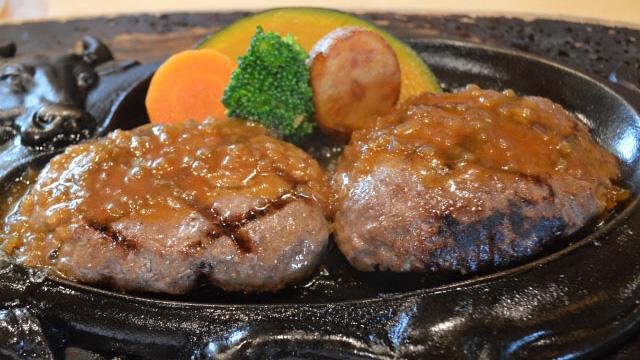 静岡県にしかないファミリーレストランのさわやか。ネットで話題になることも多いですが、ミックスと塩コショウという地元の食べかたがあった!(林)